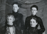 Janes sisters: standing Margaret Ann (Maggie) Janes Hall, Janet Janes Hillis; seated Mary Janes Giffen, Agnes Janes Thomas,